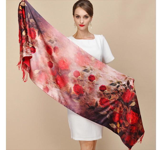 Шелковый шарф-палантин с розами