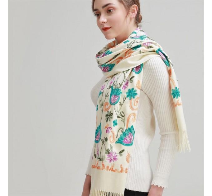 Палантин белый шерстяной цветы