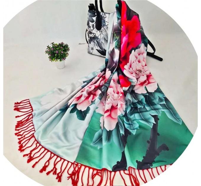 Шелковый шарф-палантин зеленый Пионы