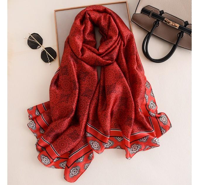 Червоний шовковий шарф накидка