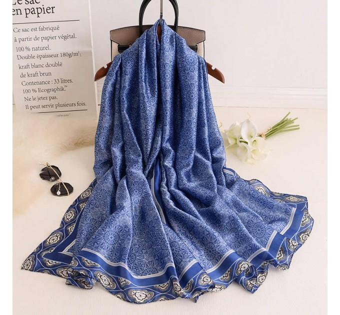 Синій шовковий шарф на шию